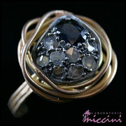 Anello stile antico con zaffiro