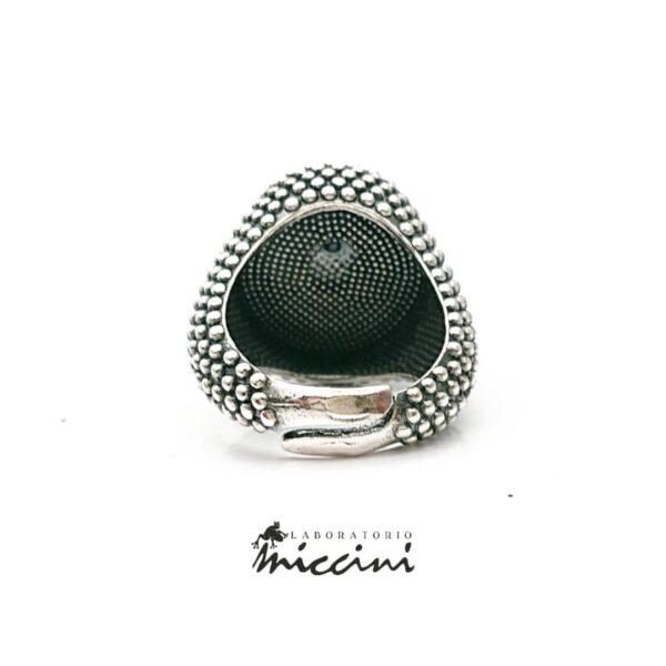 anello con onice ovale puntinato