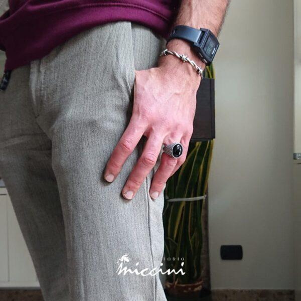 anello uomo in argento puntinato e onice ovale