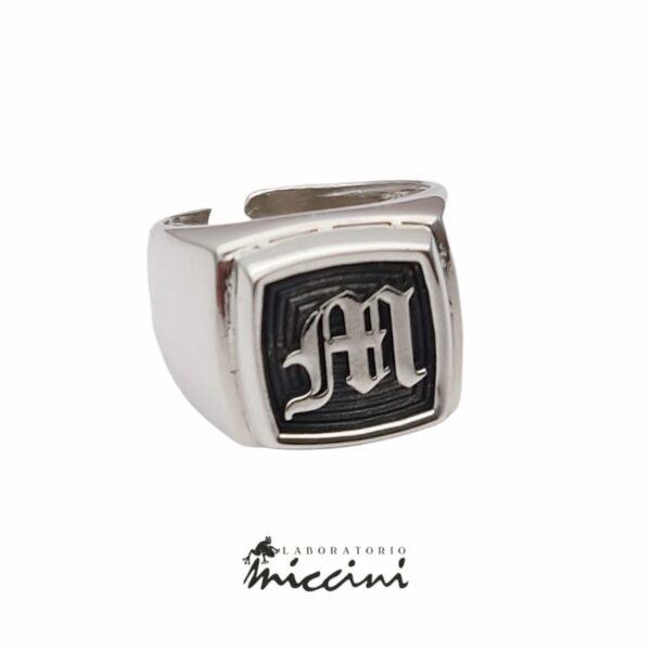 Anello con iniziale gotica M in argento