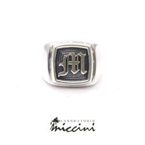 Anello con iniziale gotica in argento