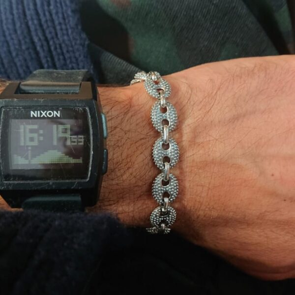 Bracciale maglia marina puntinata in argento indossato