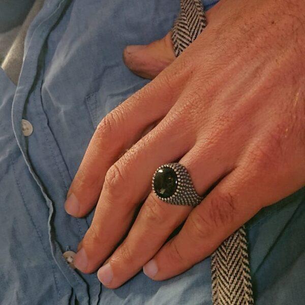 Anello puntinato con onice naturale rotondo indossato