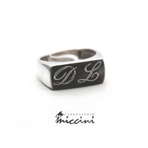 anello uomo con iniziali incise