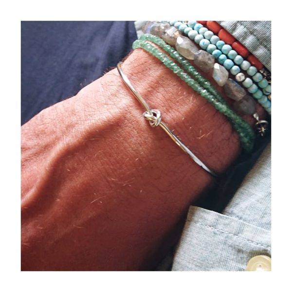 Bracciale con nodo in argento indossato