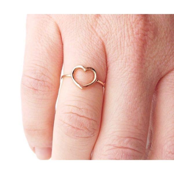 Anello cuore aperto in oro rosa indossato