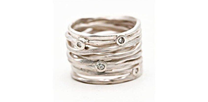 Anello con filo in argento e diamanti