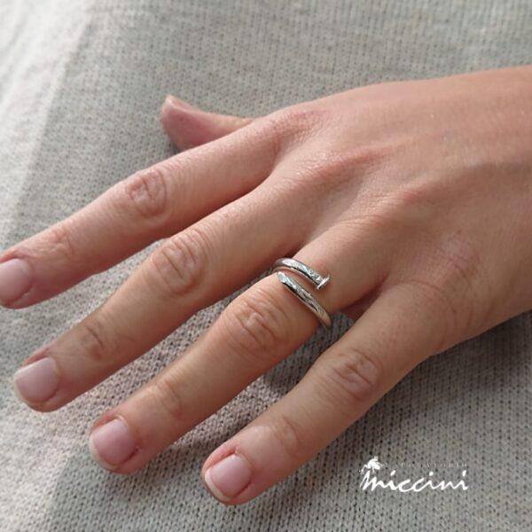 Anello a forma di Chiodo in argento indossato