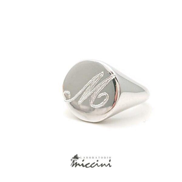 Anello chevalier da mignolo in argento con iniziale M incisa