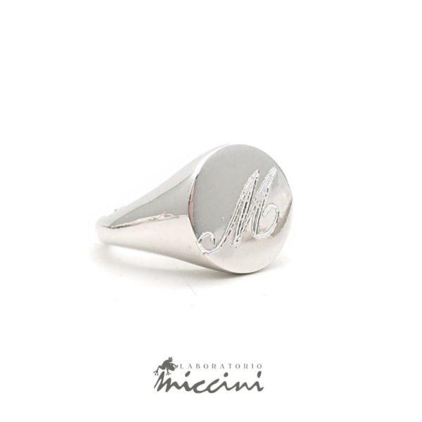 Anello chevalier da mignolo in argento con iniziale incisa