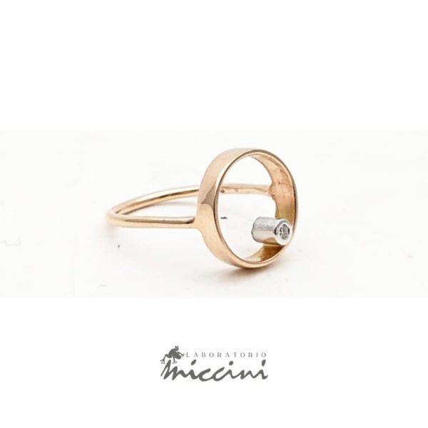Anello cerchio con diamante in oro rosa