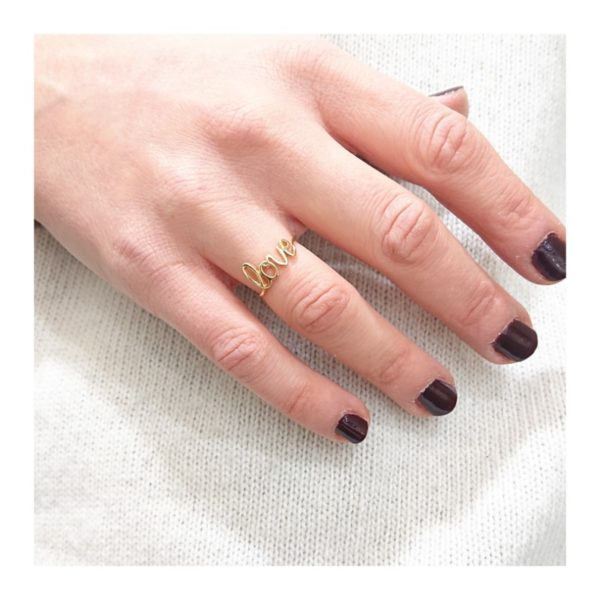 anello love in oro indossato