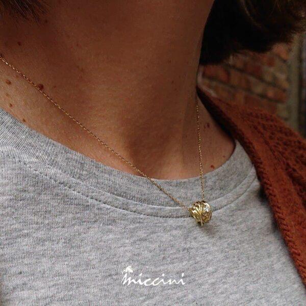 Collana gomitolo oro giallo con diamante indossata
