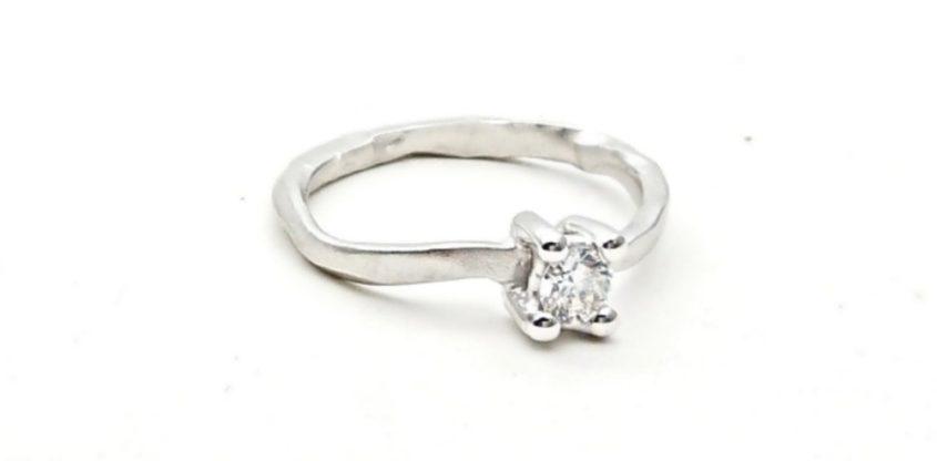 Anello di fidanzamento in oro con diamante