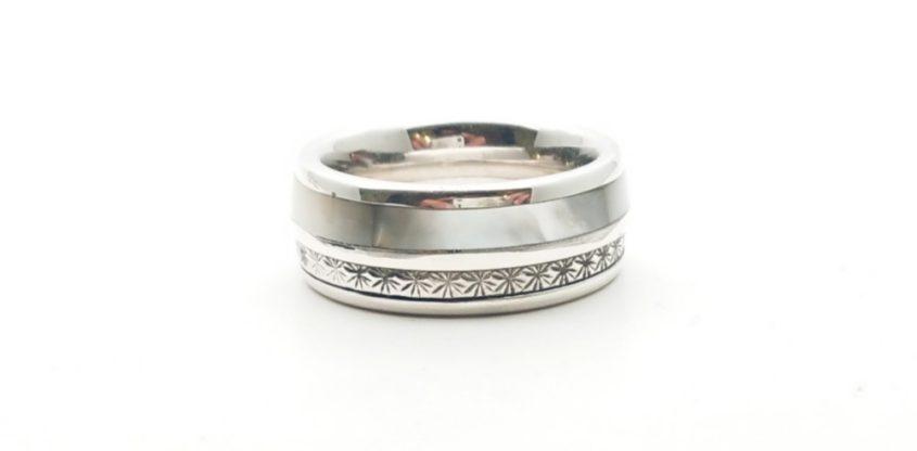 Anello, fascia in argento con madreperla