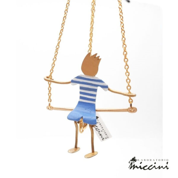 collana con bambino su altalena in ottone dipinto a mano