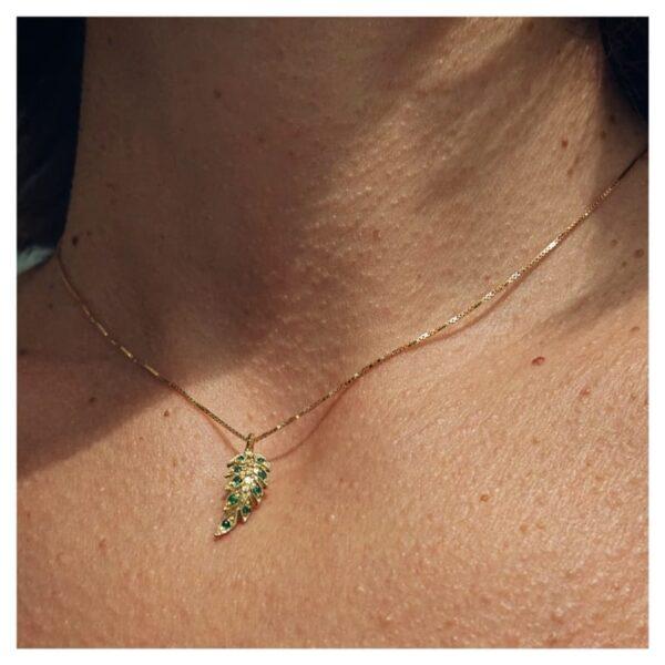 Collana con foglia in oro con smeraldi