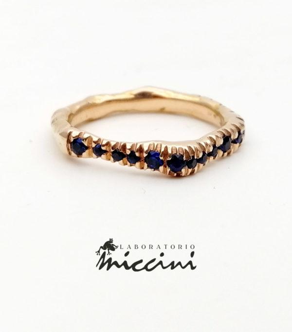 anello in oro rosa e zaffiri