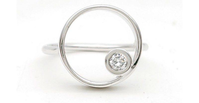 Anello cerchio con diamante