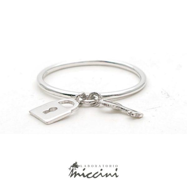 Anello con chiave e lucchetto pendenti
