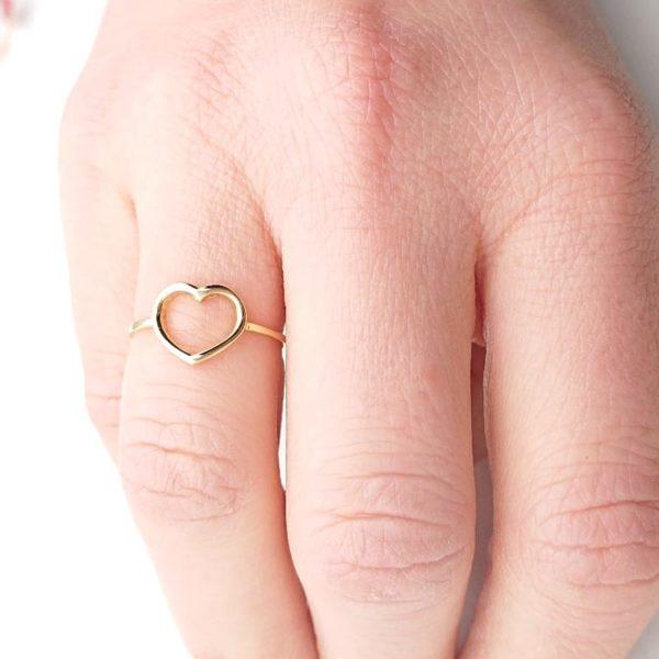 Anello cuore aperto in oro giallo indossato