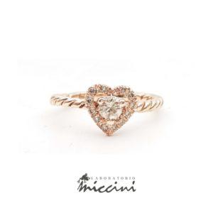 Anello cuore con diamanti champagne in oro rosa