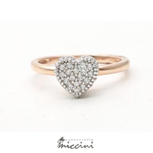 Anello cuore con pietre in oro rosa e bianco