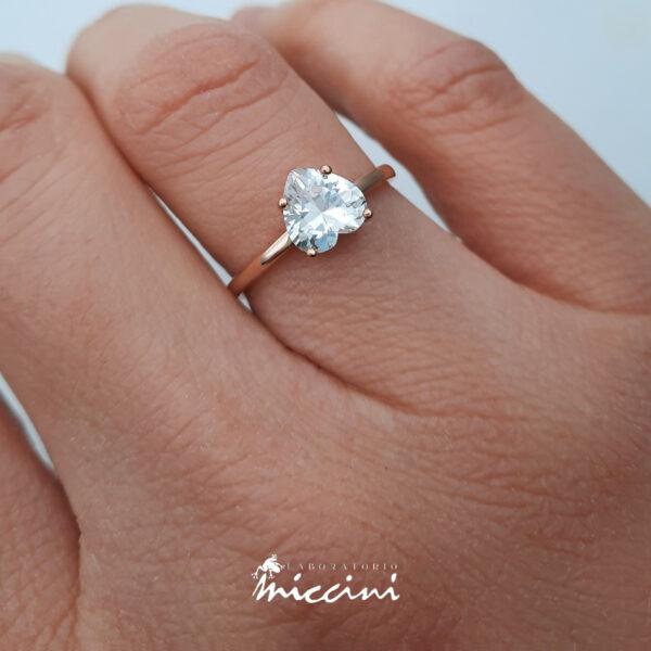 anello con pietra a cuore bianca