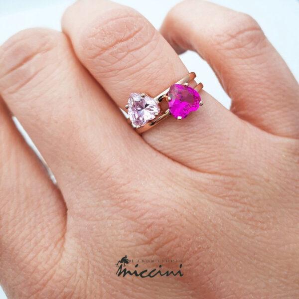 anelli con pietra a forma di cuore fucisa e rosa