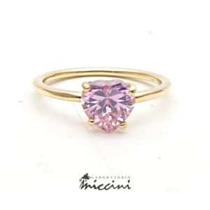 Anello con pietra taglio cuore rosa in oro giallo