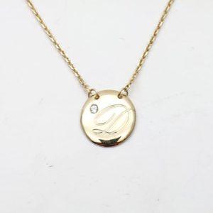 Collana con iniziale incisa su medaglia dorata