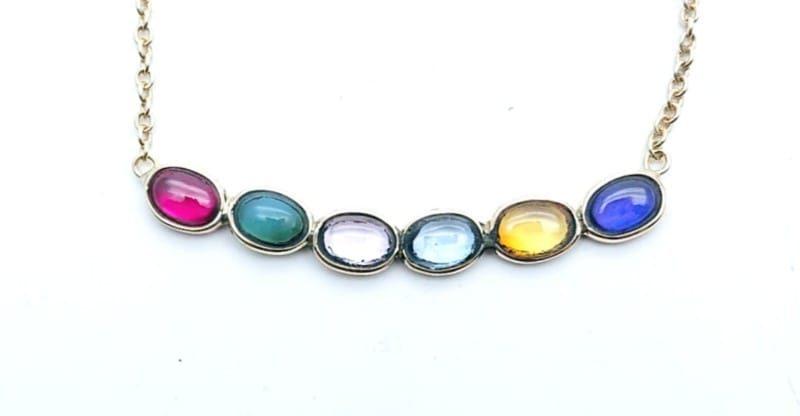 Collana con pietre multicolore