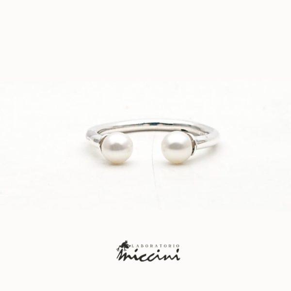 Anello aperto con 2 perle in argento.