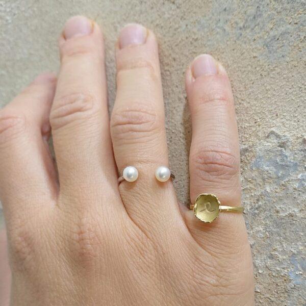 Anello aperto con 2 perle in oro indossato