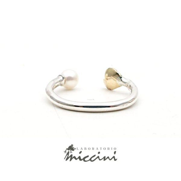 Anello aperto con perla e cuore in oro