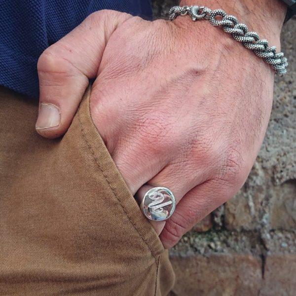 Anello chevalier da uomo in argento personalizzabile