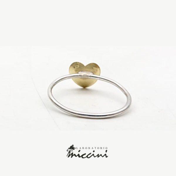Anello con cuore in oro personalizzabile con incisione