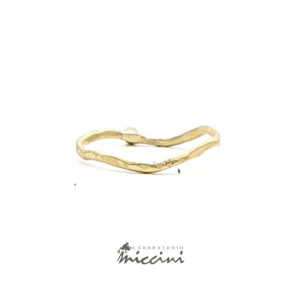 Anello con diamante fatto a mano in oro giallo