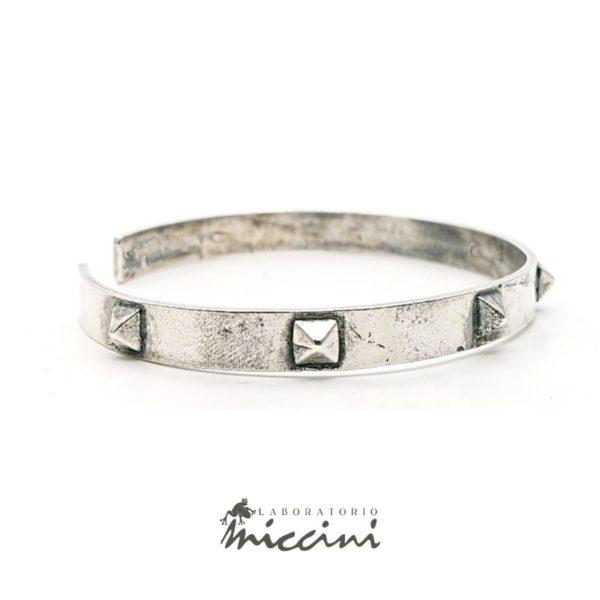 Bracciale rigido con borchie punk in argento