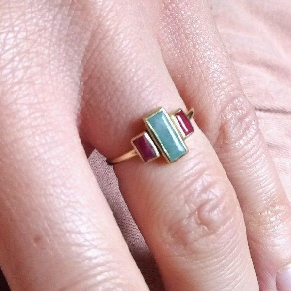 Anello con Amazzonite e rubini. Anello in argento 925 dorato con pietre incastonate. L'Amazzonite con il bordo esterno ha la misuradi 0,9 x 0,4 cm. Anello dallo stile minimal con pietre naturali. La misura dell'anello si può scegliere fra misura 14 e 12