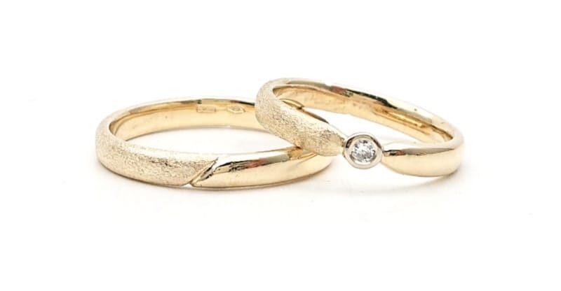 Fedi in oro giallo satinate e lucide con diamante