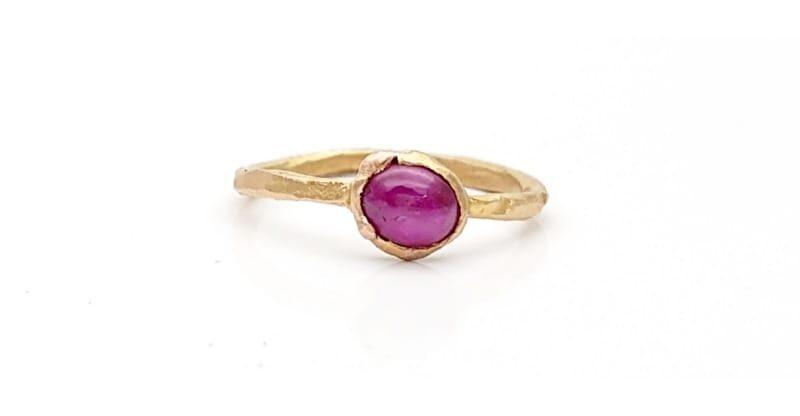Anello minimal con rubino cabochon in oro rosa