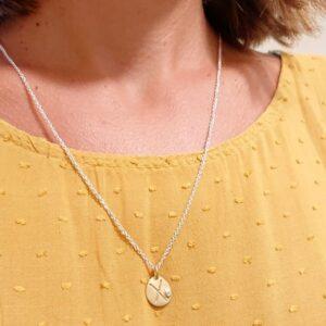 Collana con Iniziale e Diamantino fatta ed incisa a mano su oro giallo.