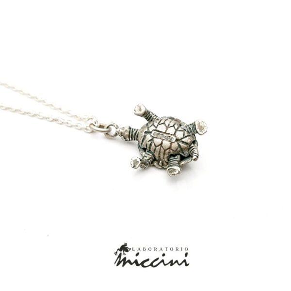 Collana con tartaruga in argento.