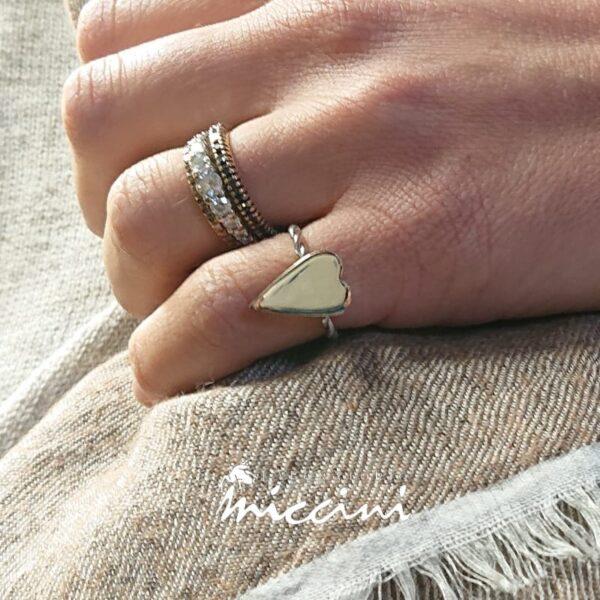 Anello Con Cuore allungato in argento indossato