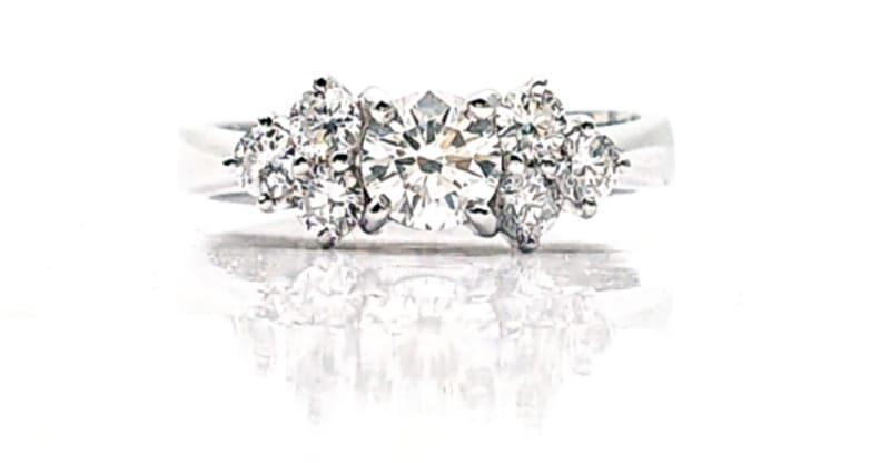 Anello solitario con 3 diamanti per lato