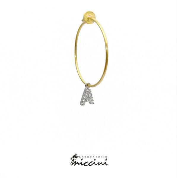 orecchino con iniziale in zirconi e argento dorato