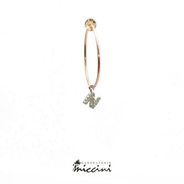 orecchino a cerchio con iniziale in argento rosato