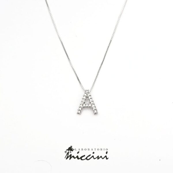 girocollo con iniziale di diamanti
