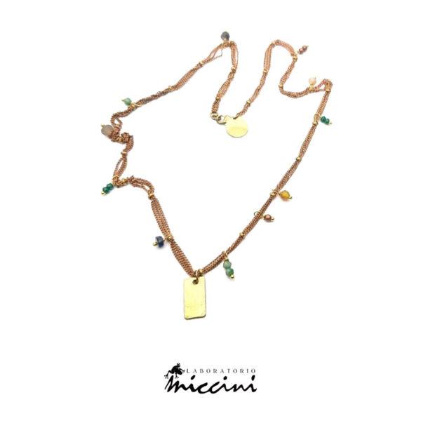 collana con medaglietta e cristalli colorati